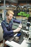 Młody człowiek w elektronika warsztatowych fotografia stock