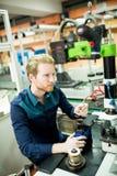 Młody człowiek w elektronika warsztatowych obrazy royalty free