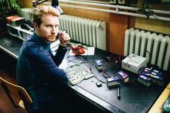 Młody człowiek w elektronika warsztatowych zdjęcia stock
