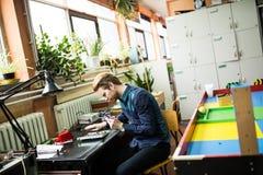 Młody człowiek w elektronika warsztatowych zdjęcie royalty free