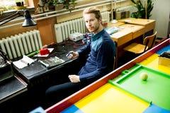 Młody człowiek w elektronika warsztatowych obrazy stock