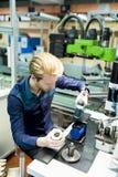 Młody człowiek w elektronika warsztatowych obraz stock