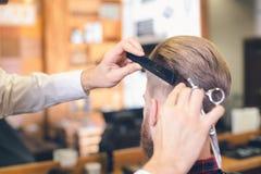 Młody Człowiek w fryzjera męskiego sklepu Włosianej opieki usługa pojęciu obraz stock