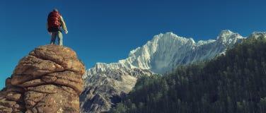 Młody człowiek w górę góry Fotografia Royalty Free