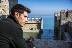 Młody człowiek w historycznym kasztelu na Jeziornym Gardzie wewnątrz Zdjęcie Stock
