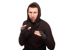 Młody człowiek w hoodie pozyci w walczącej postawie Zdjęcia Stock