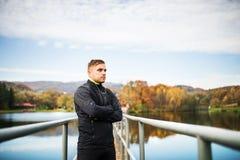 Młody człowiek w jesień parka pozyci na molu Zdjęcie Royalty Free