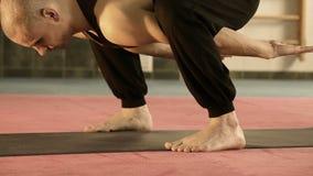 Młody człowiek w joga pozyci w portowym Gym zbiory wideo