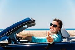 Młody człowiek w kabriolecie robi aprobatom zdjęcia royalty free