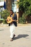 Młody człowiek w krajowym kostiumu z instrumentem muzycznym Zdjęcia Royalty Free