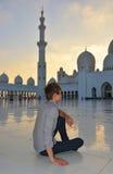 Młody człowiek w meczecie zdjęcia stock