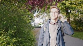 Młody człowiek w miłości opowiada jego kochanek wdycha perfumowanie wiosna na telefonie zbiory