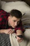 Młody człowiek w modniś koszula kłama na łóżku fotografia royalty free