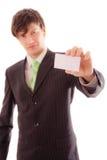 młody człowiek w pasiastym kostiumu i krawacie demonstruje ogłoszenie towarzyskie kartę Zdjęcia Royalty Free