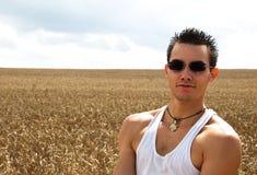 Młody człowiek w polu. Zdjęcia Stock