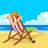 Młody człowiek w słomianego kapeluszu obsiadaniu w pokładu krześle na tropikalnych plaż spojrzeniach w odległość royalty ilustracja