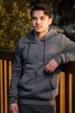 Młody człowiek w sporcie odziewa Fotografia Stock