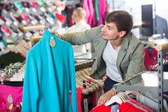 Młody człowiek w sporta odzieżowym sklepie Fotografia Stock