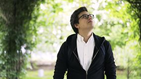 Młody człowiek w szkłach cieszy się spacer w parku zbiory