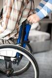 Młody człowiek w wózek inwalidzki Zdjęcia Royalty Free