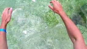 Młody człowiek wchodzić do w błękit zatoki wodzie na czystym Chorwackim brzeg zbiory wideo