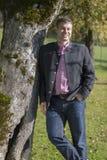 Młody człowiek wewnątrz trachten pod drzewem Obraz Royalty Free