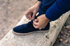 Młody człowiek wiąże shoelaces Obraz Stock