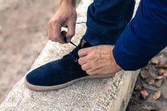 Młody człowiek wiąże shoelaces Obrazy Royalty Free