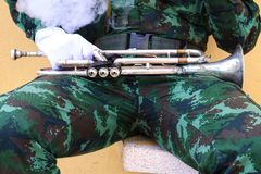Młody człowiek wojskowy siła mundur żołnierze trzyma trąbki obrazy stock