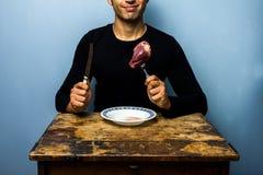 Młody człowiek wokoło jeść surowego serce Zdjęcia Royalty Free
