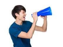 Młody człowiek wrzeszczy z głośnikiem Obrazy Royalty Free