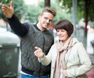 Młody człowiek wskazuje kierunek kobieta zdjęcia royalty free