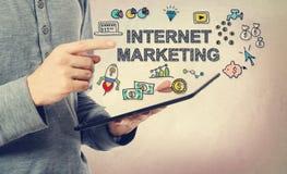 Młody człowiek wskazuje przy Internetowym Marketingowym pojęciem Zdjęcia Royalty Free