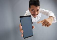Młody człowiek wskazuje w smartphone ekranie obrazy stock