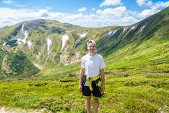 Młody człowiek Wycieczkuje przy Carpathians gór stojakami na górze wzgórza Fotografia Stock