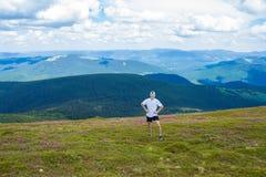 Młody człowiek Wycieczkuje przy Carpathians gór stojakami na górze wzgórza Obraz Royalty Free