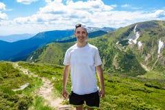 Młody człowiek Wycieczkuje przy Carpathians gór stojakami na górze wzgórza Fotografia Royalty Free