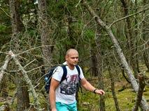 Młody Człowiek wycieczkuje w lesie z plecak podróży stylem życia zdjęcia stock