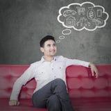 Młody człowiek wyobraża sobie jego przyszłość Zdjęcie Stock