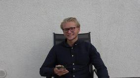Młody człowiek wysyła SMS na telefonie zbiory wideo