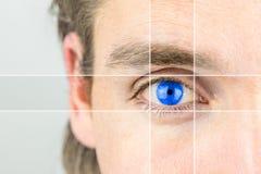 Młody człowiek z żywym niebieskim okiem Fotografia Stock