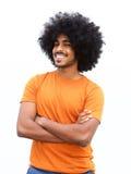 Młody człowiek z afro ono uśmiecha się przeciw białemu tłu Zdjęcie Royalty Free