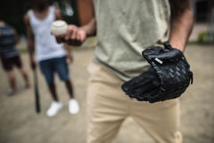 Młody człowiek z baseball piłką i rękawiczką Zdjęcia Stock