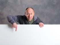 Młody człowiek z białą reklamową deską Obrazy Stock