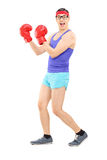 Młody człowiek z bokserskimi rękawiczkami, pozuje Zdjęcie Royalty Free