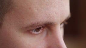 Młody człowiek z brązem przygląda się patrzeć strona, komputerowy skutek zbiory