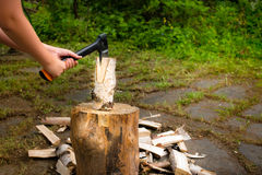 Młody człowiek z cioski ciapania drewnem na ciapanie bloku obraz stock