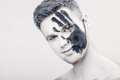 Młody człowiek z czarnej ręki drukiem na białej twarzy zbliżenia twarzy portreta kobieta Fachowy mody makeup Fantazi sztuki makeu Fotografia Royalty Free