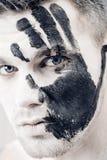 Młody człowiek z czarnej ręki drukiem na białej twarzy zbliżenia twarzy portreta kobieta Fachowy mody makeup Fantazi sztuki makeu Zdjęcia Royalty Free