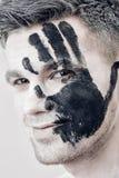 Młody człowiek z czarnej ręki drukiem na białej twarzy zbliżenia twarzy portreta kobieta Fachowy mody makeup Fantazi sztuki makeu Zdjęcie Stock